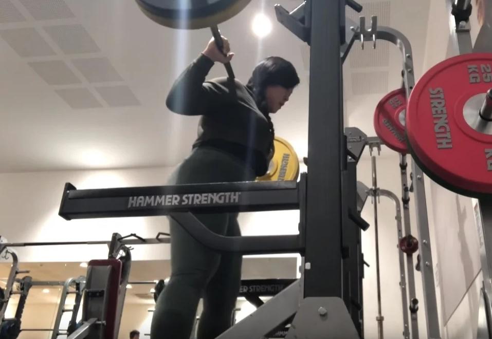 Плюс сайз модель Джин Баек на тренировке по тяжелой атлетике.