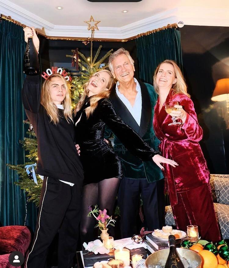 Семья Кары Делевинь. Сестры и отец встречают Новый Год