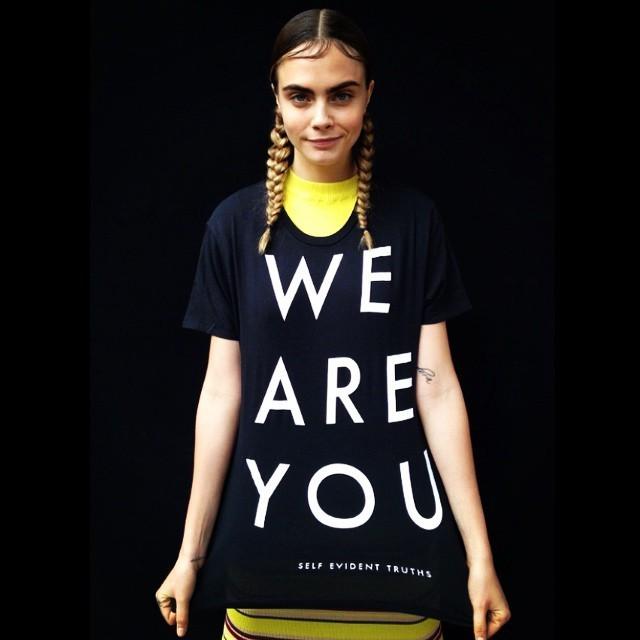 Кара Делевинь в футболке ЛГБТ
