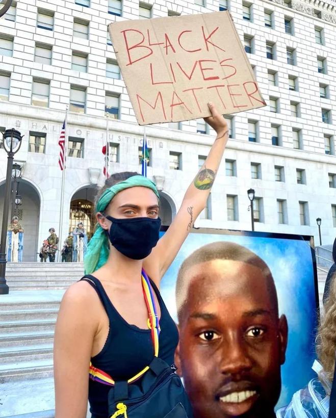 Cara Delevingne в протестной акции в Лос-Анджелесе.