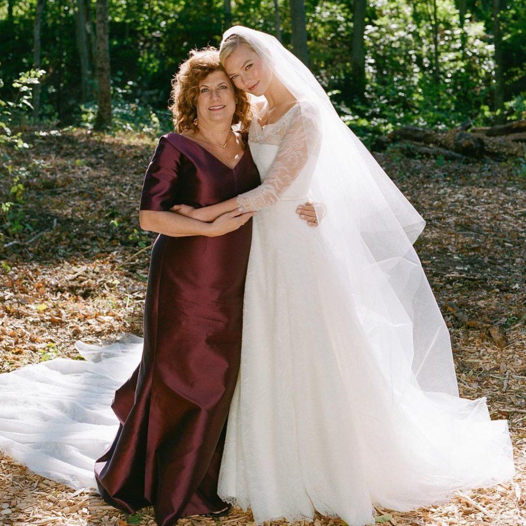 Супермодель Karlie Kloss в свадебном платье вместе с мамой.