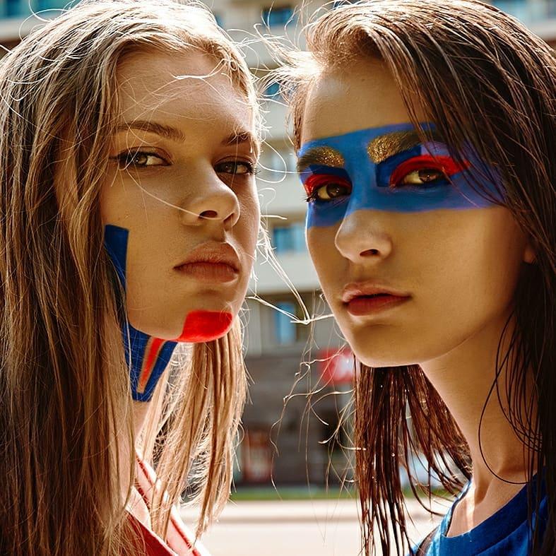 Российские фотомодели с макияжем цветов российского флага.