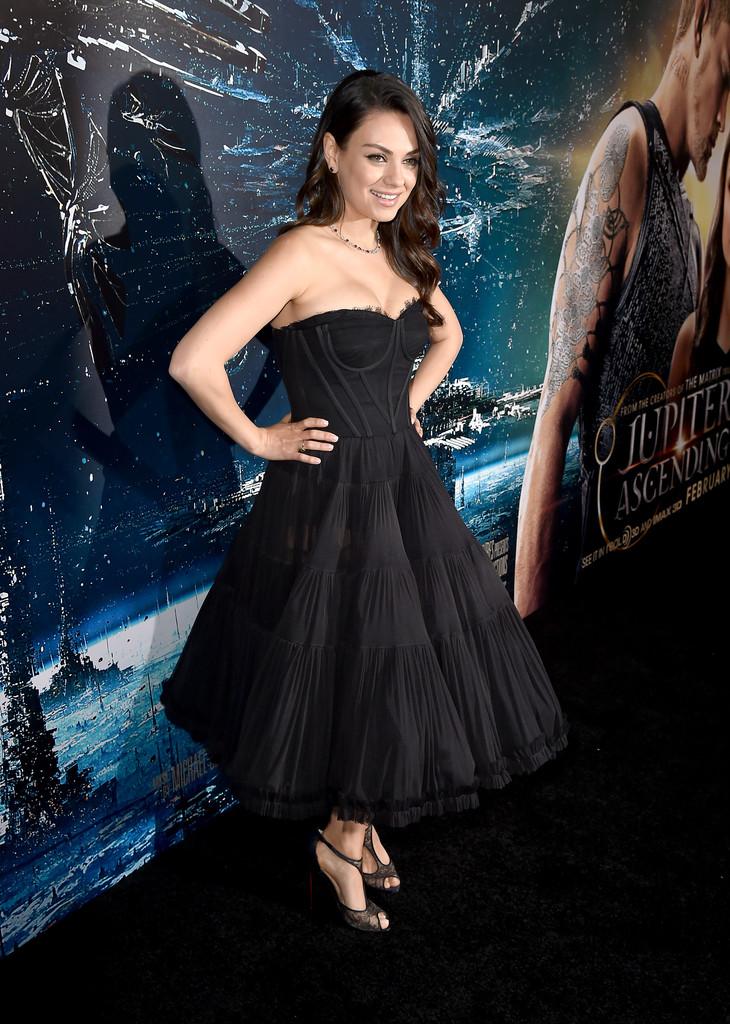 Актриса Мила Кунис на премьере фильма Восхождение Юпитер. В черном платье и колье с драгоценными камнями.