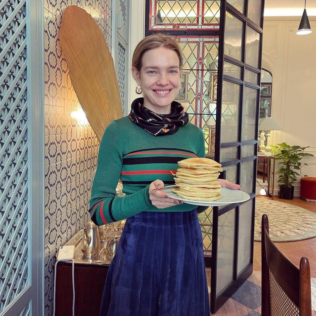 Модель Наталья Водянова испекла блины.