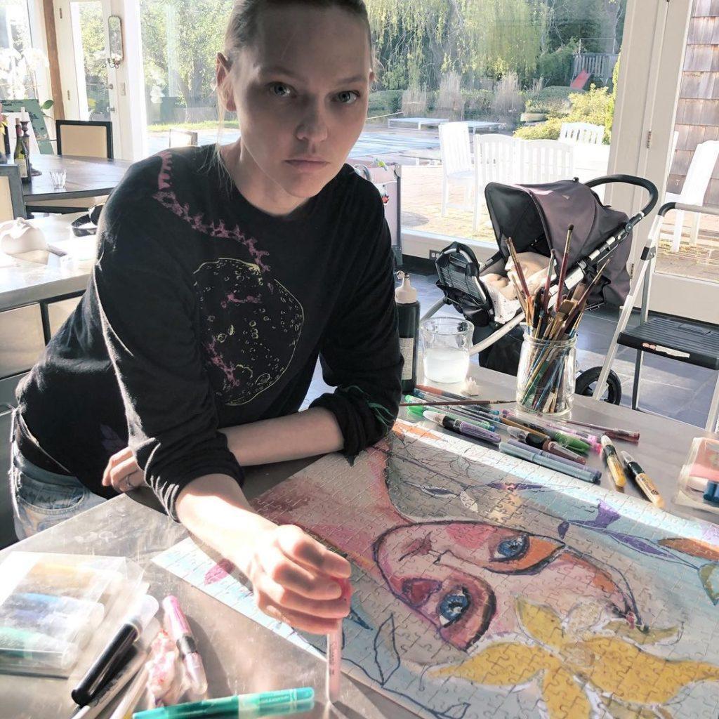 Модель Александра Пивоварова рисует картину.