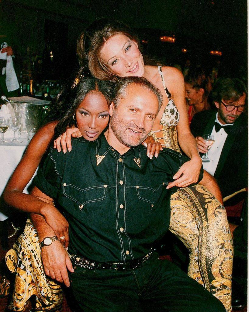 Джанни Версаче вместе с девушками в ночном клубе.