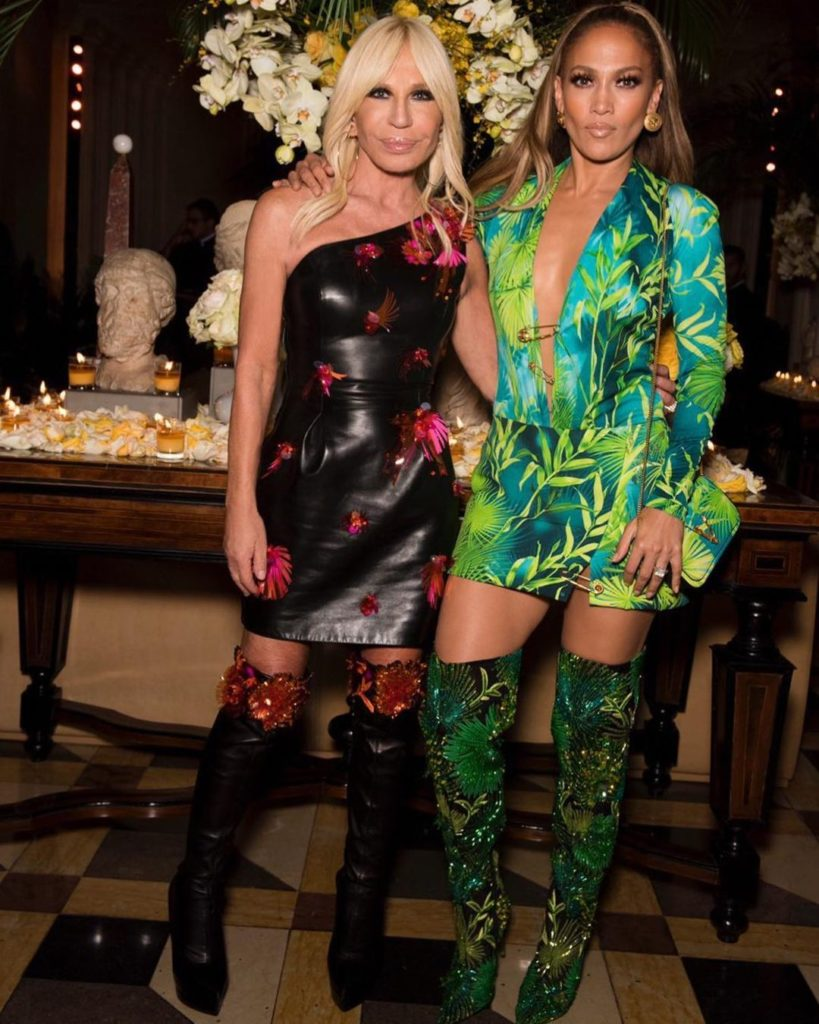 Дизайнер одежды Донателла Версаче  и Дженнифер Лопес.
