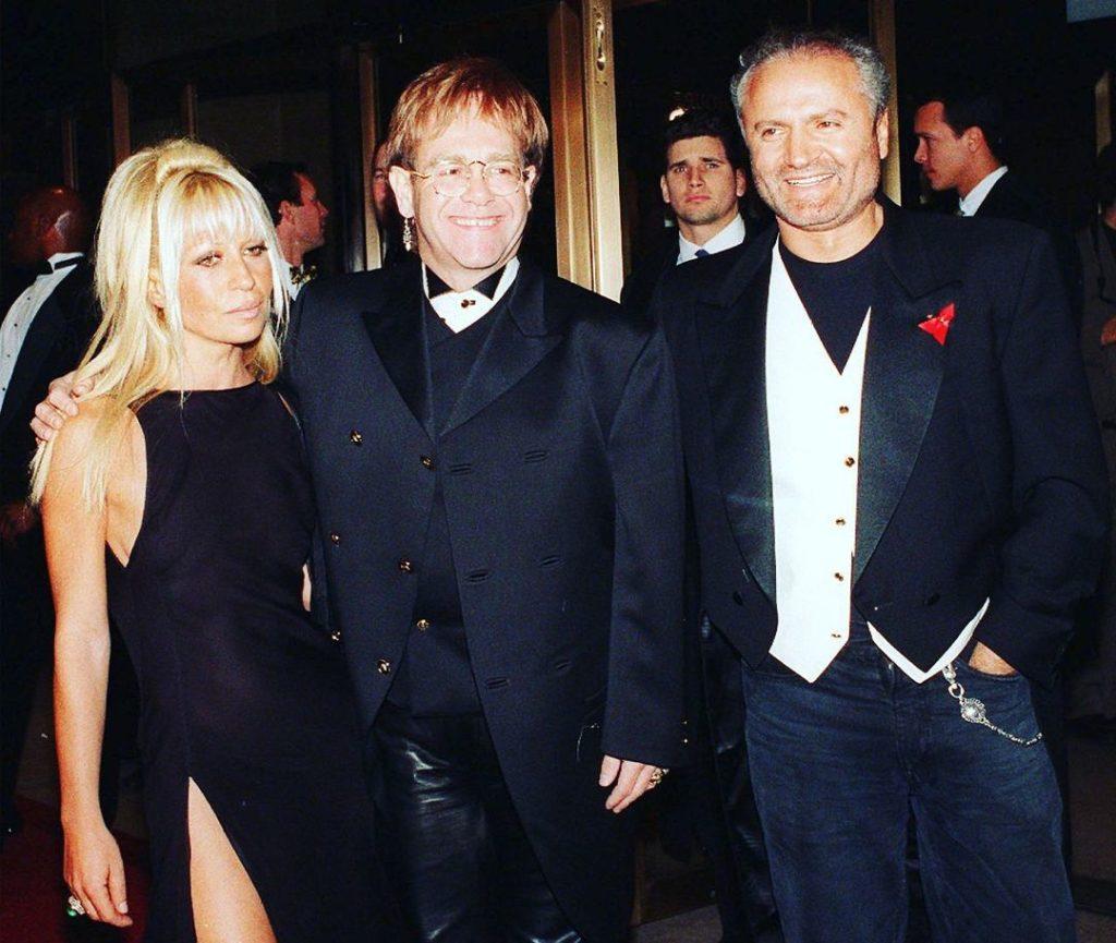 Донателла и Джанни Версаче вместе с Элтоном Джоном. Светский прием.
