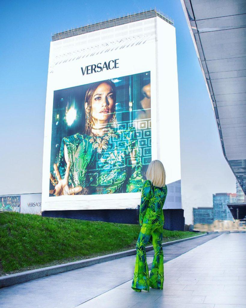 Дом Версаче. Рекламный банер с Дженнифер Лопес. Милан, 2021.