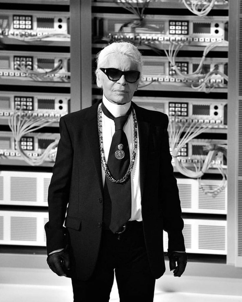 Карл Лагерфельд в знаменитой цепочек Chanel.