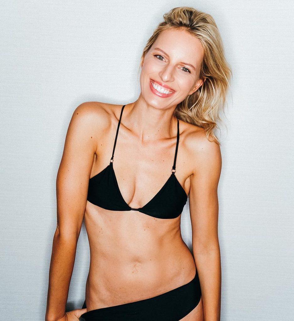 Фотомодель Каролина Куркова без пупка и в купальнике.