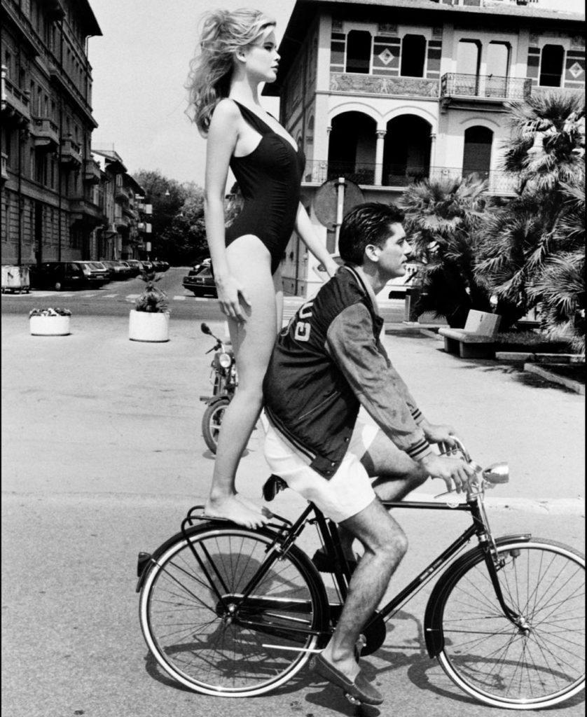 Модель Клаудия Шиффер на велосипеде в молодости. В купальнике.