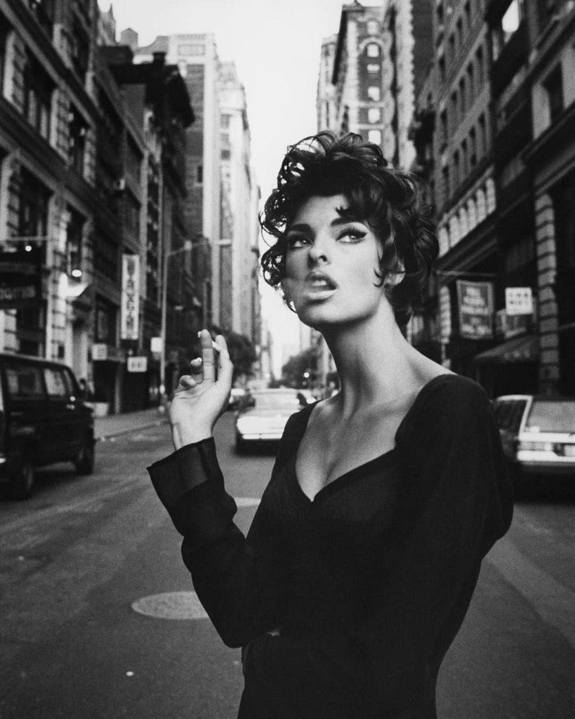 Модель Линда Евангелиста. Стрижка. Курит на улице.