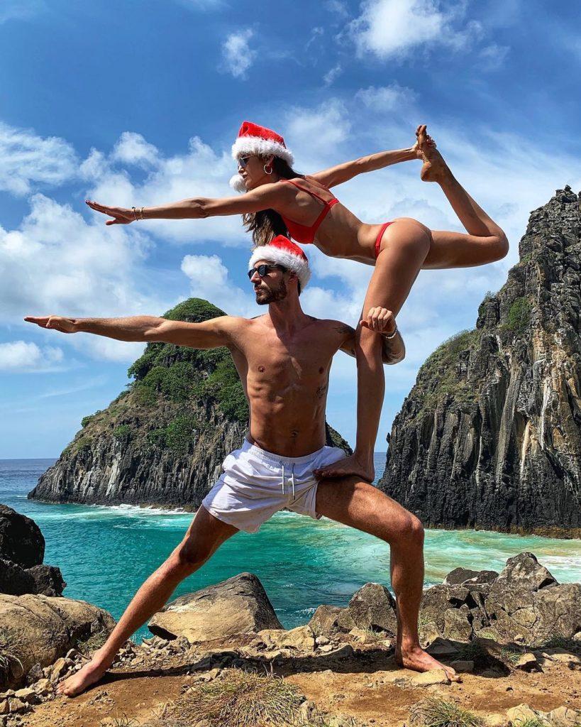 Футболист Кевин Трапп вместе с бразильской фотомоделью на пляже в рождественских шапочках.