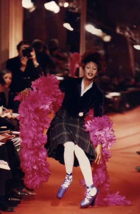 Актриса и модель Наоми Кэмпбелл падает на подиуме.