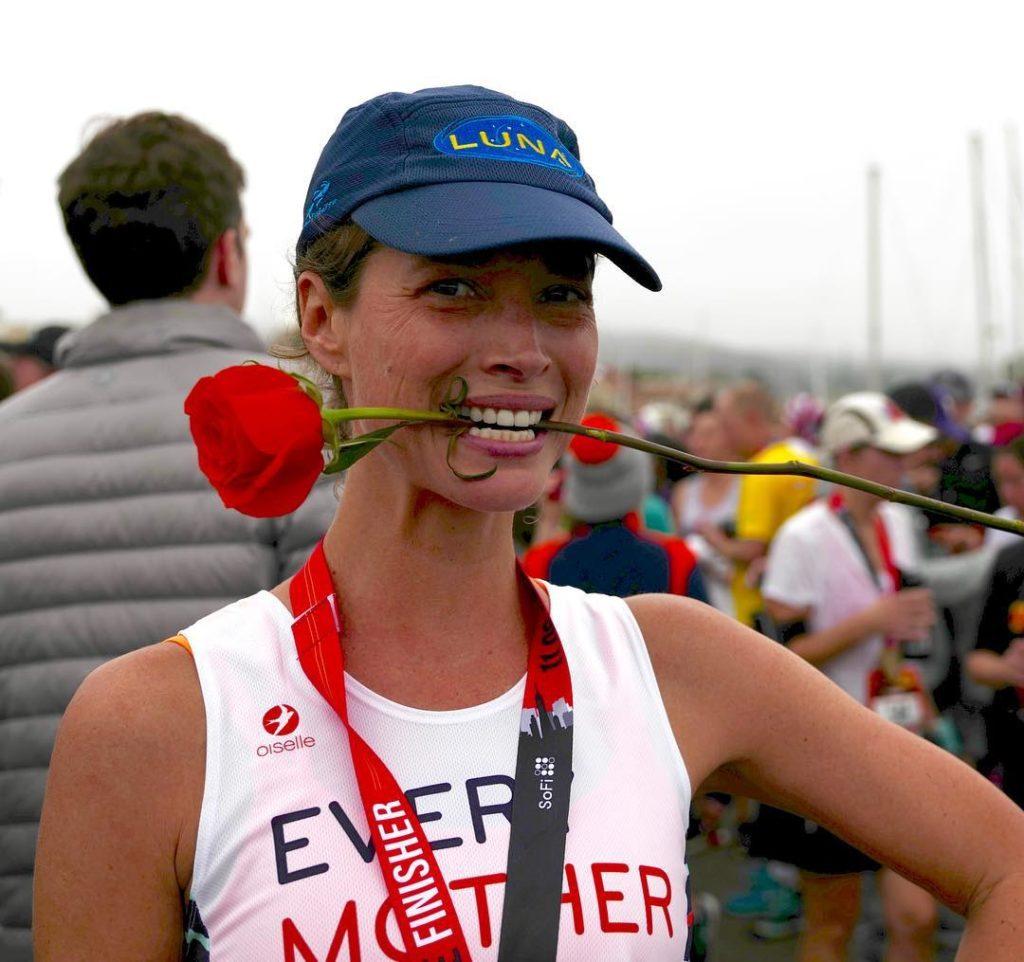 Модель Кристи Тарлингтон на марафоне с розой в зубах.