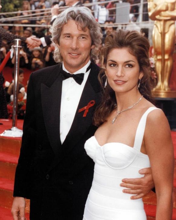 Ричард Гир и модель Синди Кроуфорд в белом платье.