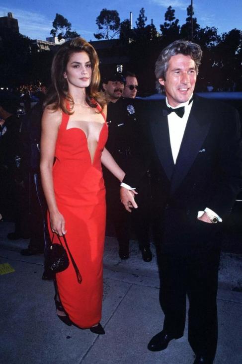 Модель Синди Кроуфорд и Ричард Гир. Красное платье от Весаче.