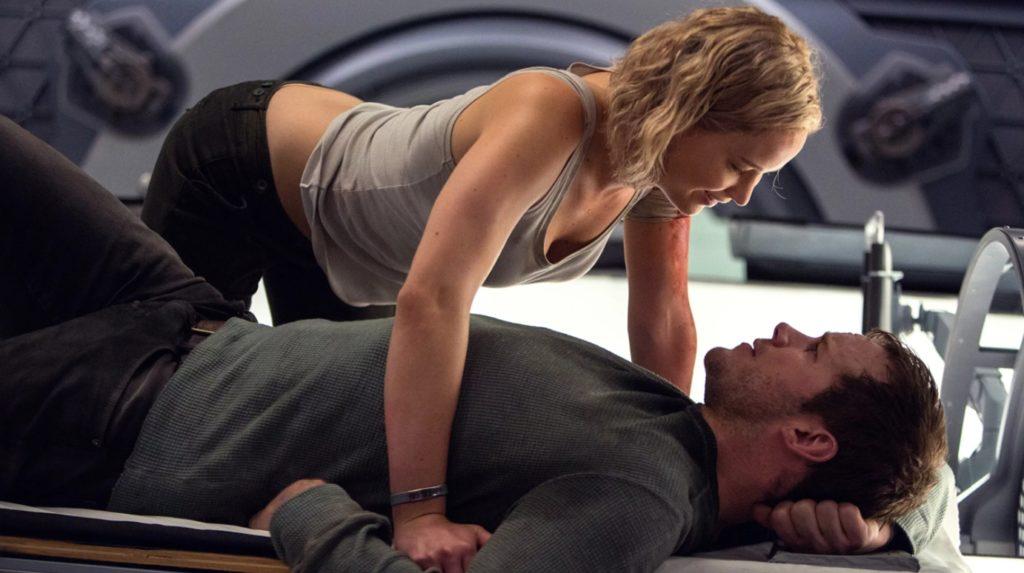 Дженнифер Лоуренс в фильме Пассажиры наклоняется над Крисом Прэттом.