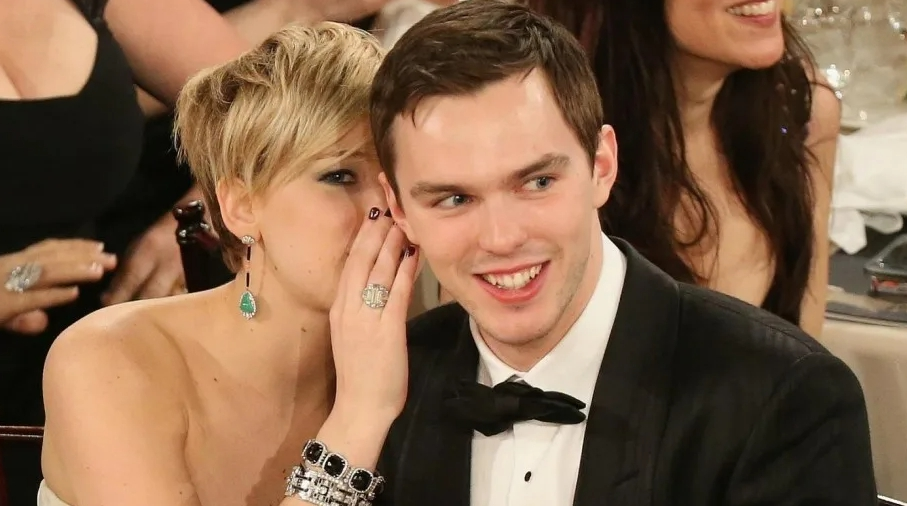 Актриса Дженнифер Лоуренс шепчет на ухо Николасу Холту.