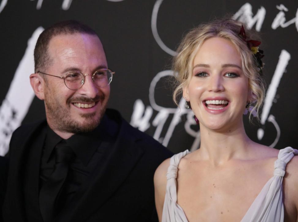 Актриса Дженнифер Лоуренс и режиссер Даррен Аронофски на премьере фильма Мать. Широко улыбаются.