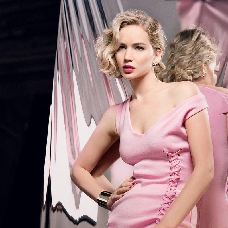 Актриса Дженнифер Лоуренс в розовом платье.