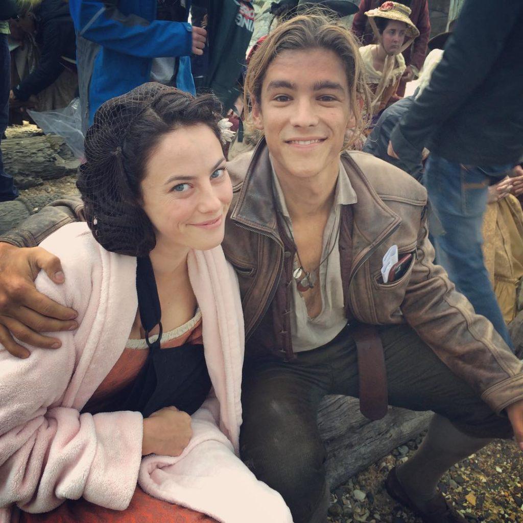 Актриса Кая Скоделарио и Брентон Туэйтес на съемочной площадке Пиратов Карибского моря.