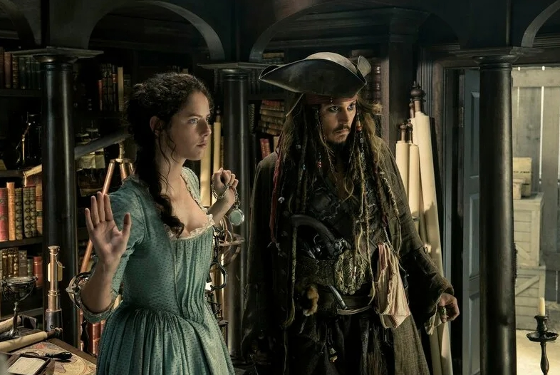 Кадр из фильма Пираты карибского моря. Джонни Депп и британская актриса.