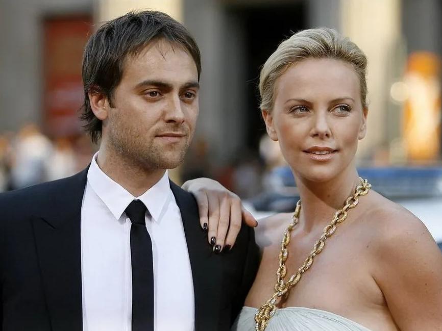 Актер Стюарт Таунсенд и его девушка, голивудская киноактриса.