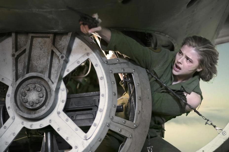 актриса Хлоя Грейс Морец в новом фильме Воздушный бой.