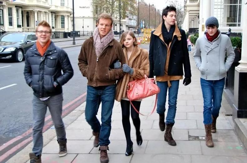 актриса Хлоя Грейс Морец с братьями на улице.