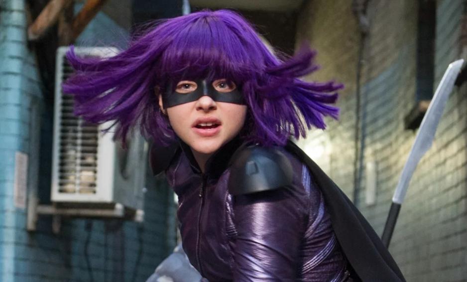актриса Хлоя Грейс Морец с фиолетовыми волосами. в роли Убивашки.