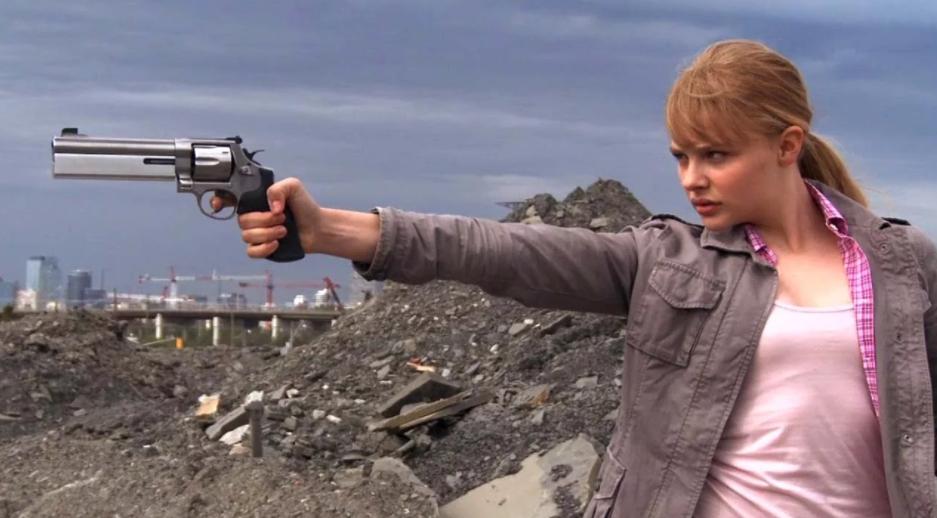 актриса Хлоя Грейс Морец с пистолетом.