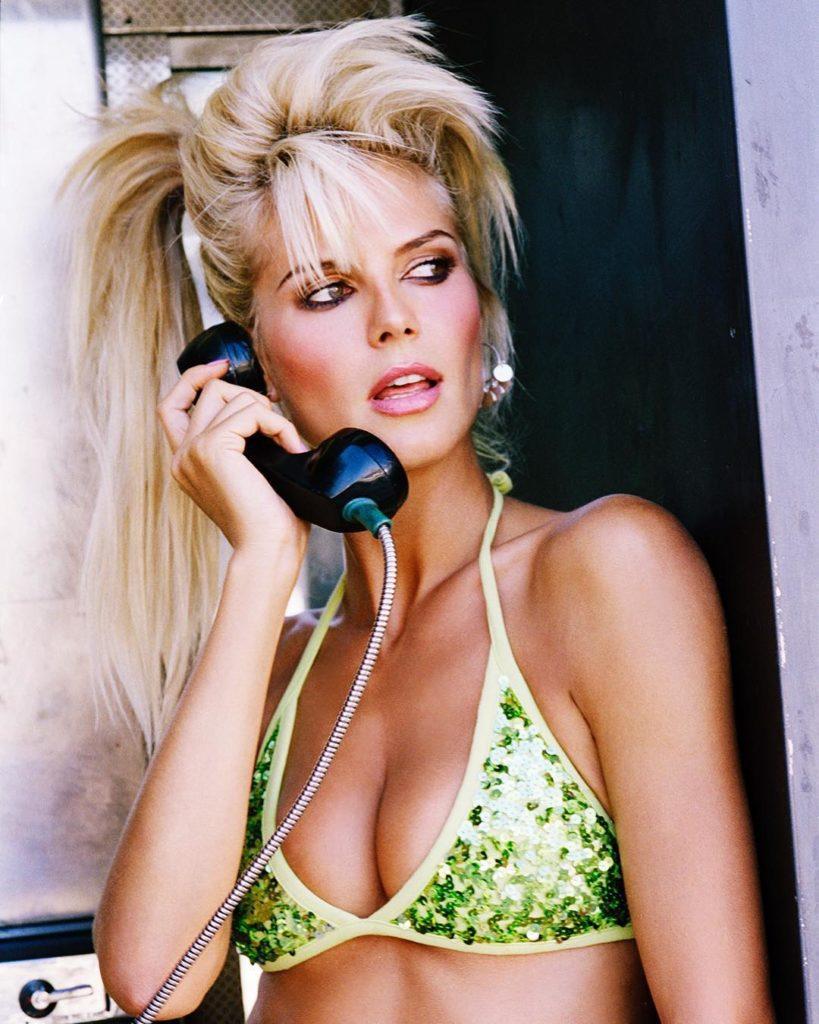 Модель и актриса Хайди Клум в молодости. В купальнике с телефонной трубкой в руках.