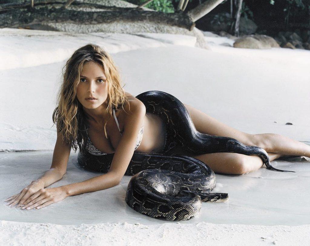 Модель и актриса Хайди Клум на пляже вместе со змеей.