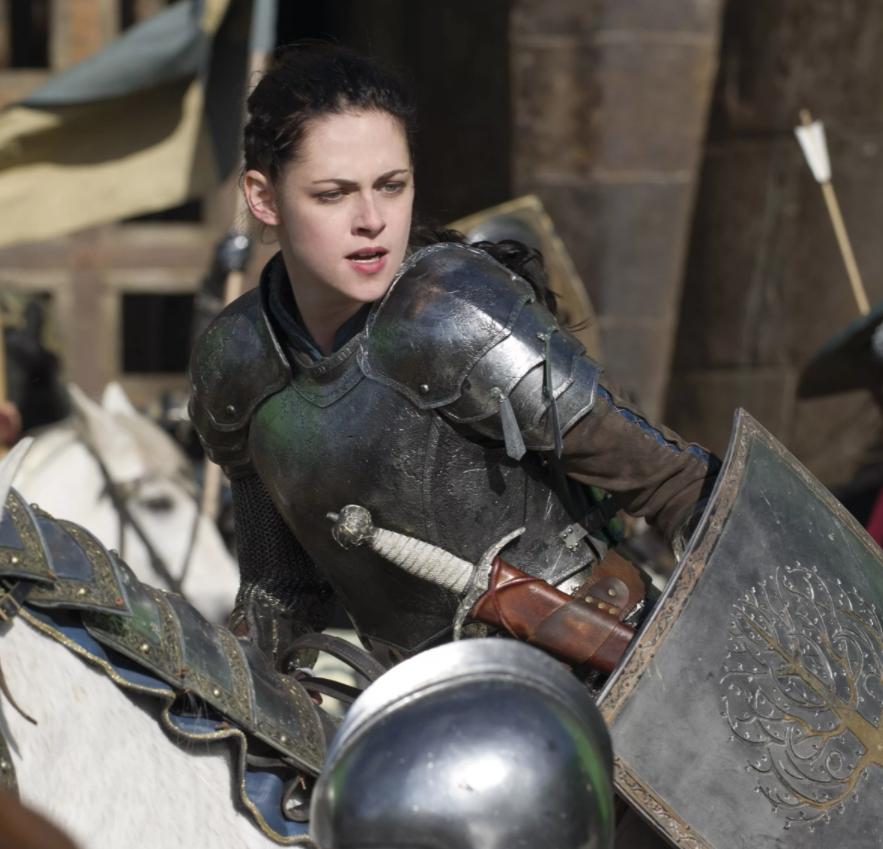 Киноактриса Кристен Стюарт в рыцарских доспехах на коне.