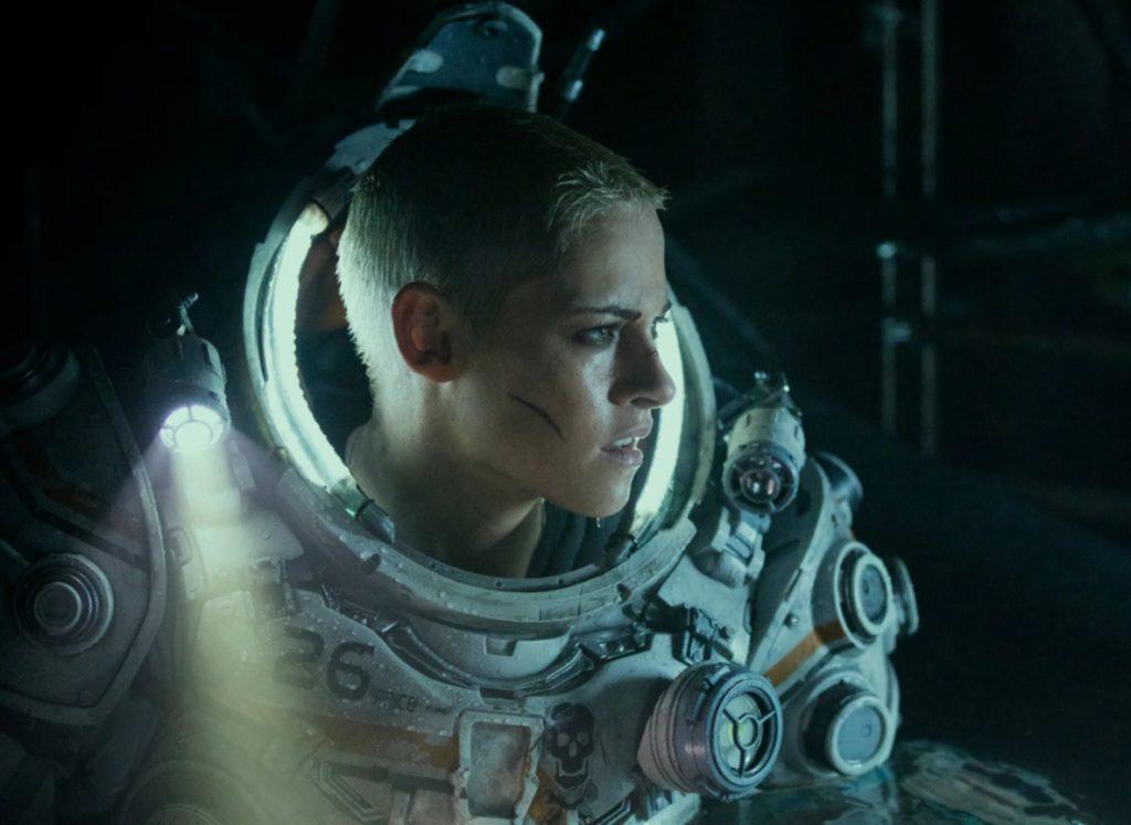 Киноактриса Кристен Стюарт в глубоководном скафандре.