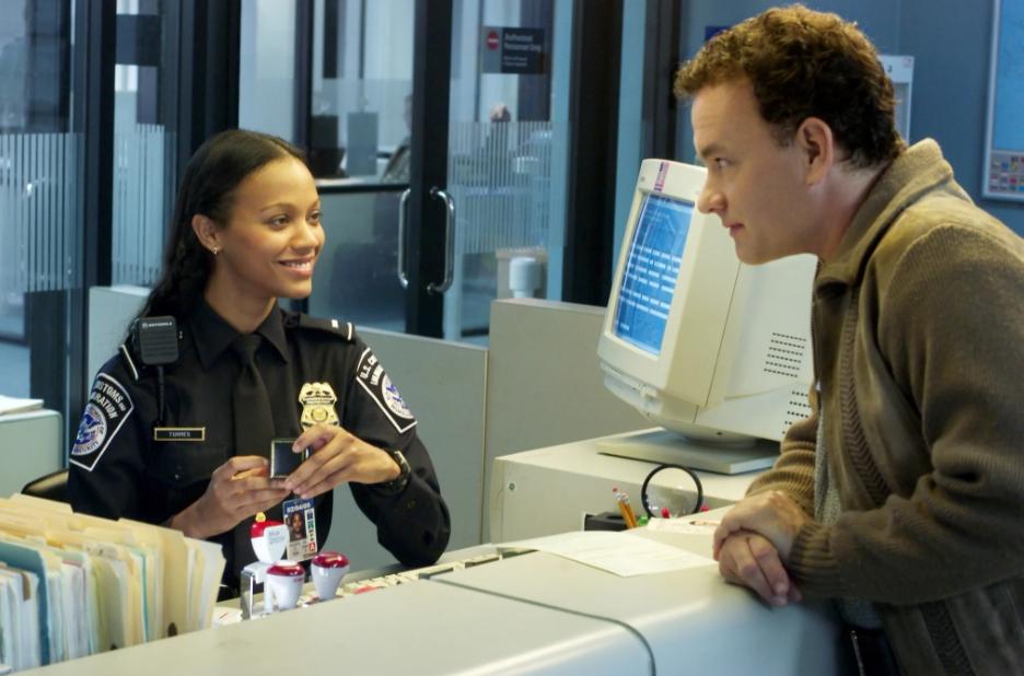 Актриса Зои Салдана в полицейской форме.