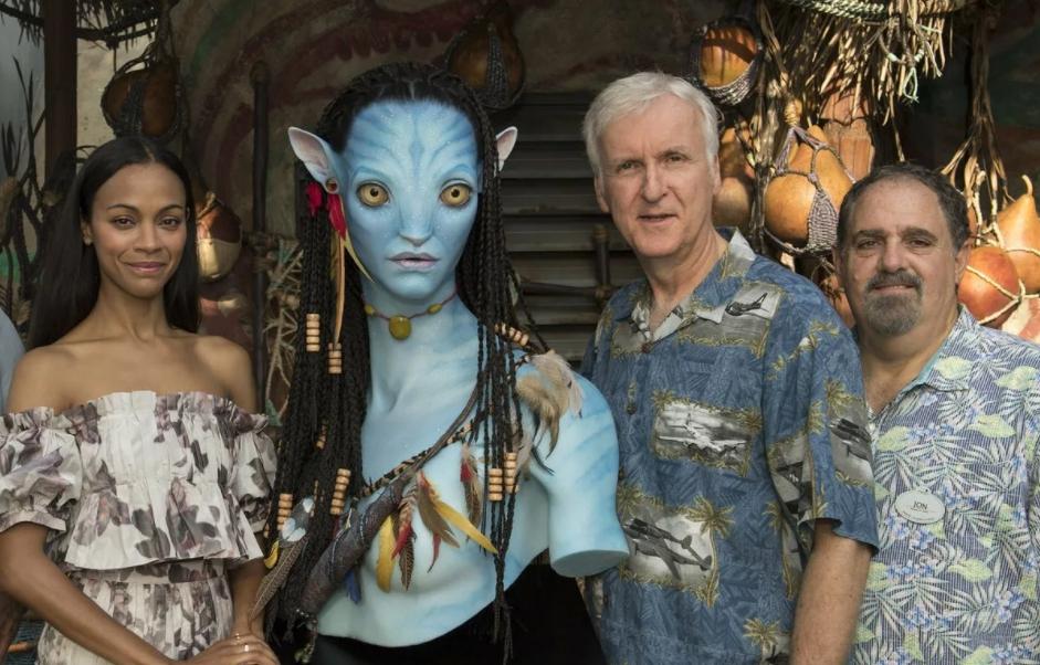 Актриса Зои Салдана и Джеймс Камерон рядом с манекеном Нейтири.