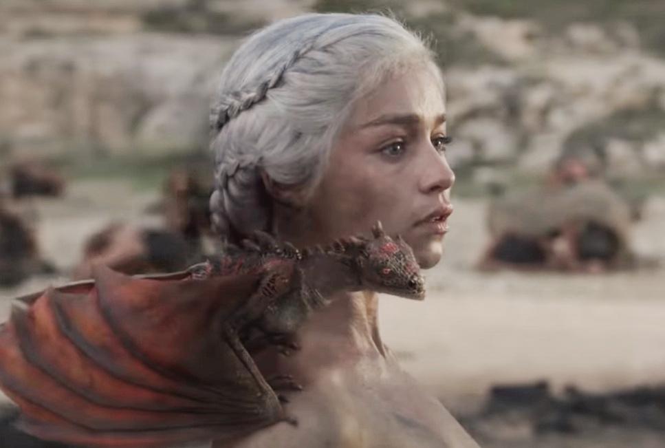 актриса Эмилия Кларк с маленьким дракончиком на плече.