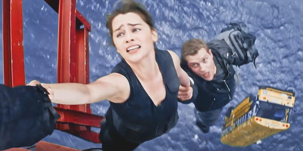 актриса Эмилия Кларк в фильме терминатор висит над водой. Внизу падающий желтый автобус.