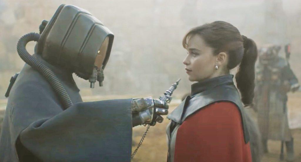 актриса Эмилия Кларк в фильме Хан Соло и робот.
