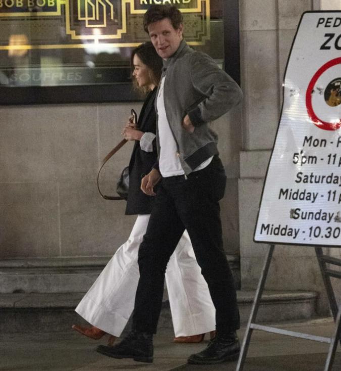 актриса Эмилия Кларк и актер Мэтт Смит гуляют по Лондону вечером.