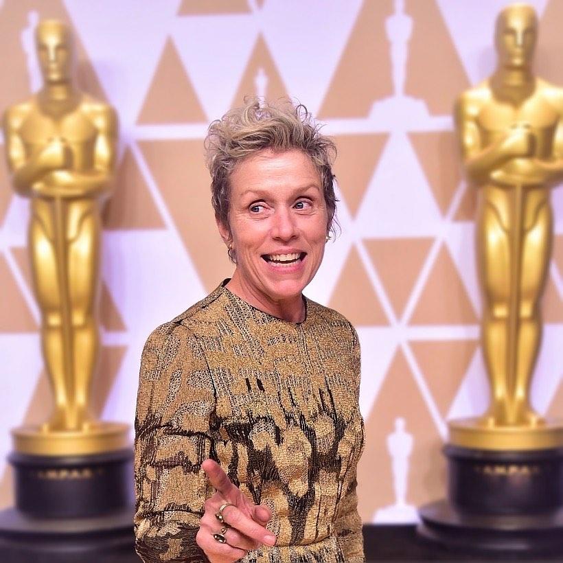 """Актриса Фрэнсис Макдорманд на церемонии вручения Оскара показывает в зал пальцем. Актрисы получившие """"Оскар"""""""