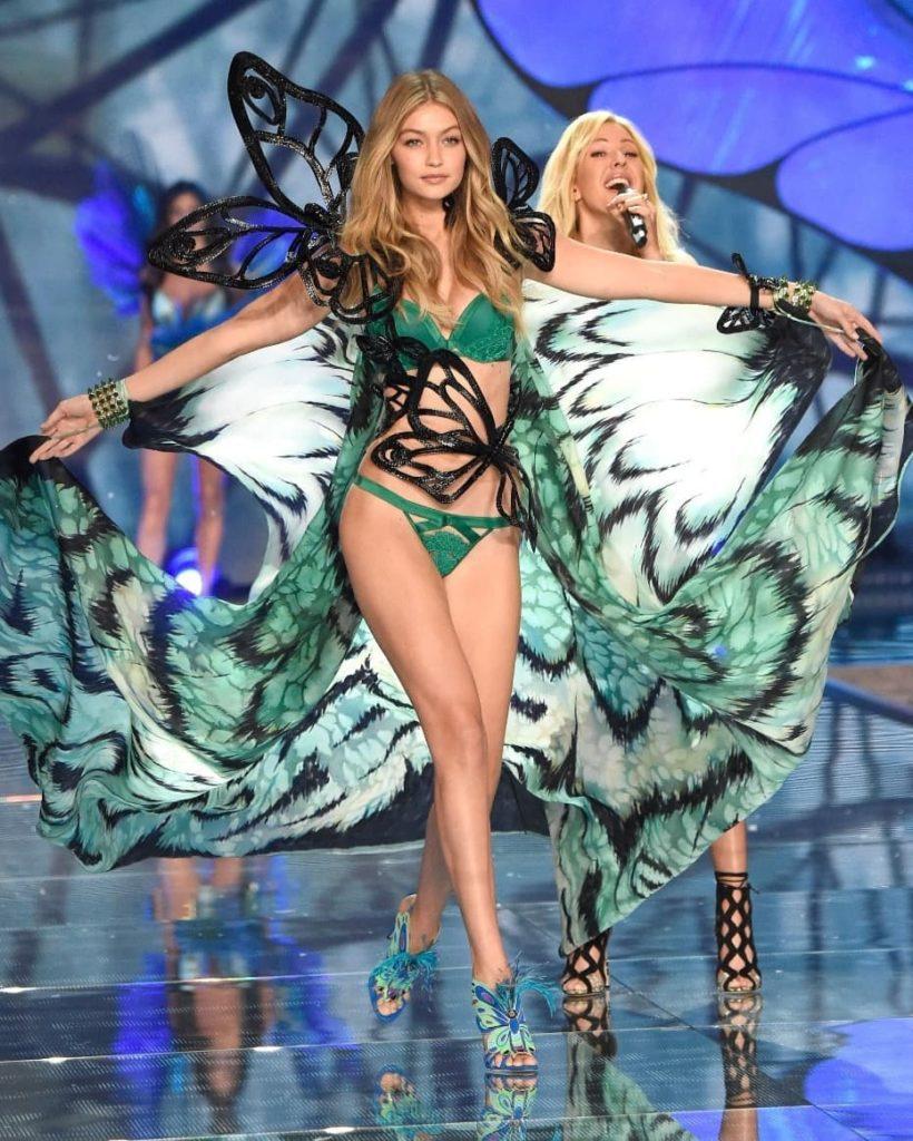 Супермодель Джиджи Хадид идет по подиуму с ангельскими крыльями Виктория Сикрет.