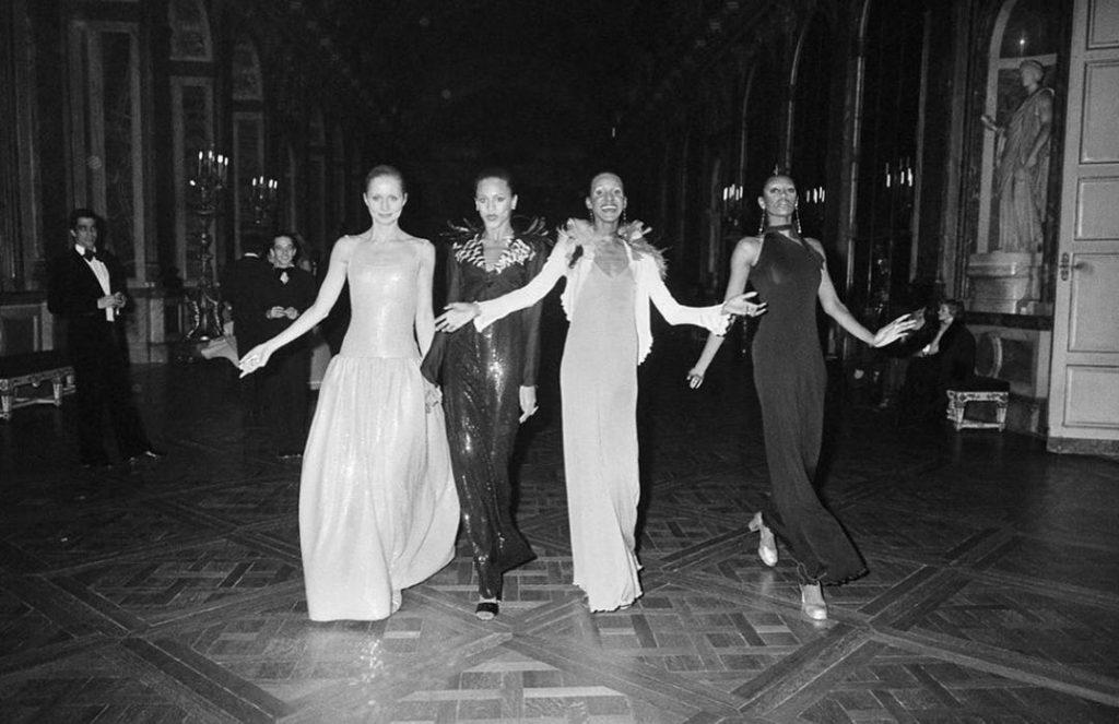 Высокая мода в Париже. Первый показ платьев. Четыре фотомодели.