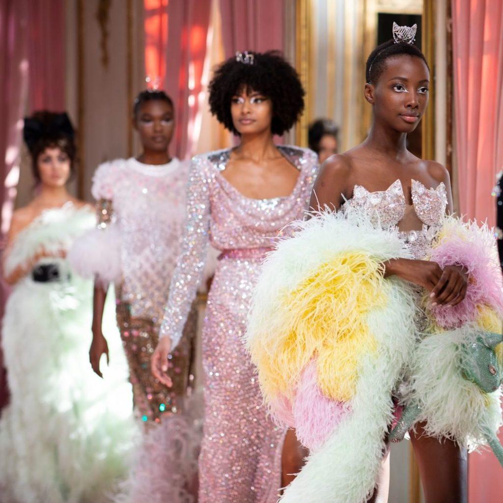 Высокая мода в Париже. Модели идут по подиуму. Коллекция Ульяны Сергеенко.