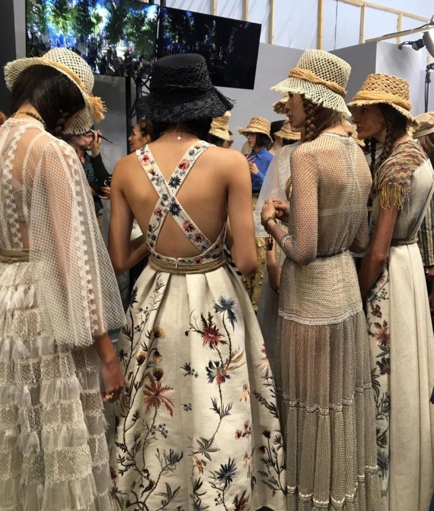 Модели в цветастых платьях от Диор.