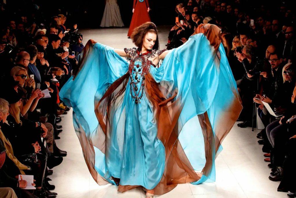Фотомодель в голубом платье на подиуме. Высокая мода Жульена Фурнье.