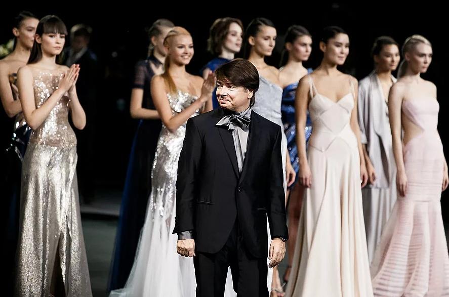 Валентин Юдашкин представляет новую коллекцию в москве.